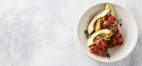 Mee op de vegagolf: gebakken avocado, trostomaat, pinda, shiso en gembervinaigrette