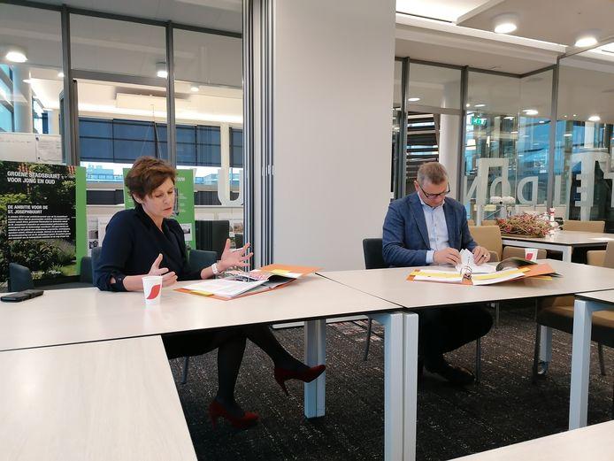 Alwel-bestuurder Tonny van de Ven (l) en wethouder Toine Theunis bij de ondertekening van een overeenkomst voor de te vernieuwen Josephwijk in Roosendaal.