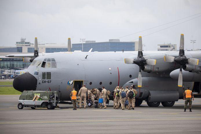 Het Belgisch leger laadt een C130-toestel in.