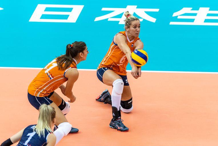 Maret Balkestein-Grothues (rechts) verdedigt een aanval van Puerto Rico tijdens het wereldkampioenschap in Japan Beeld Ronald Hoogendoorn