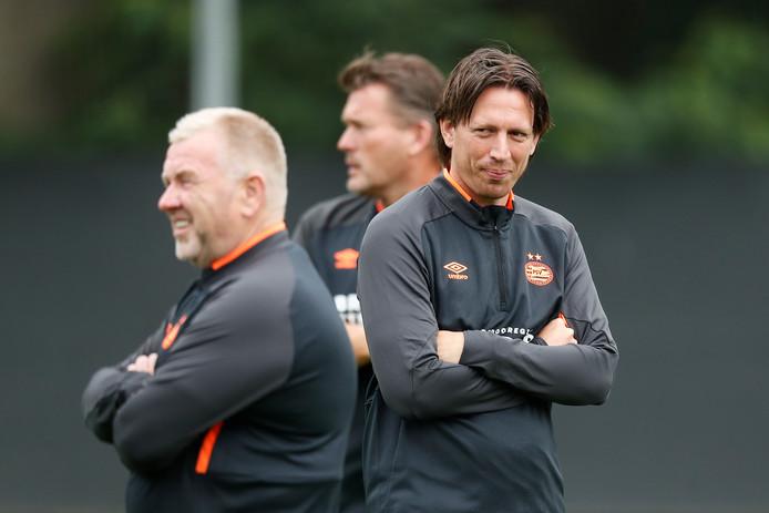 De nieuwe fysiotherapeut Falk Louwers (rechts) van PSV. Links naast hem zijn collega Eddy Pepels en op de achtergrond keeperstrainer Ruud Hesp.