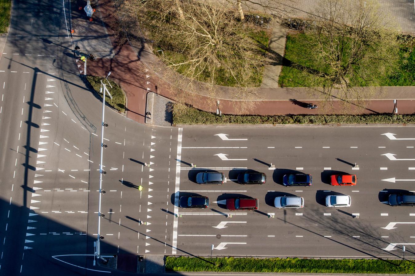 Verkeersregelaars leidden de stroom auto's op de Ringbaan West - Hart van Brabantlaan vorige week in goede banen.
