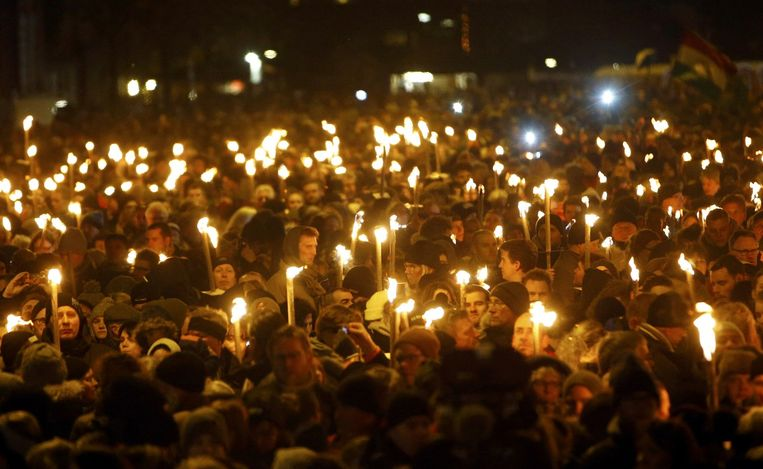 Mensen dragen kaarsen tijdens een herdenkingstocht voor de slachtoffers van de schutter Beeld reuters