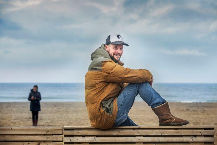 Hans van den Broek van strandpaviljoen The Shore op het strand van Scheveningen.