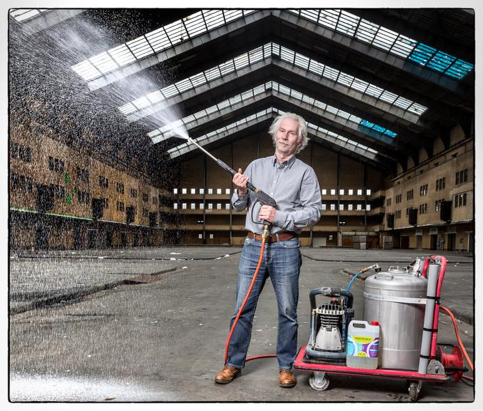 Niet alleen opdrachtgevers maar ook sommige asbestsaneerders zoals Foppe de Haan zeggen veel goedkoper het kankerverwekkende spul te kunnen verwijderen.