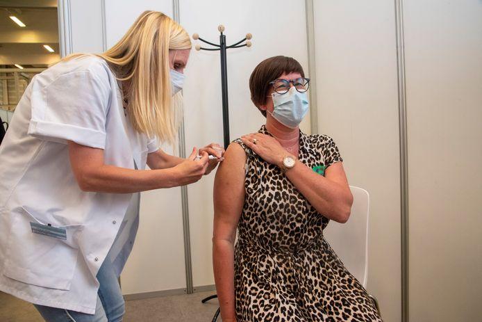 Katrien Jacobs (50) kreeg vandaag het 50.000ste vaccin in het vaccinatiecentrum in Wetteren van Maartje Wynants.