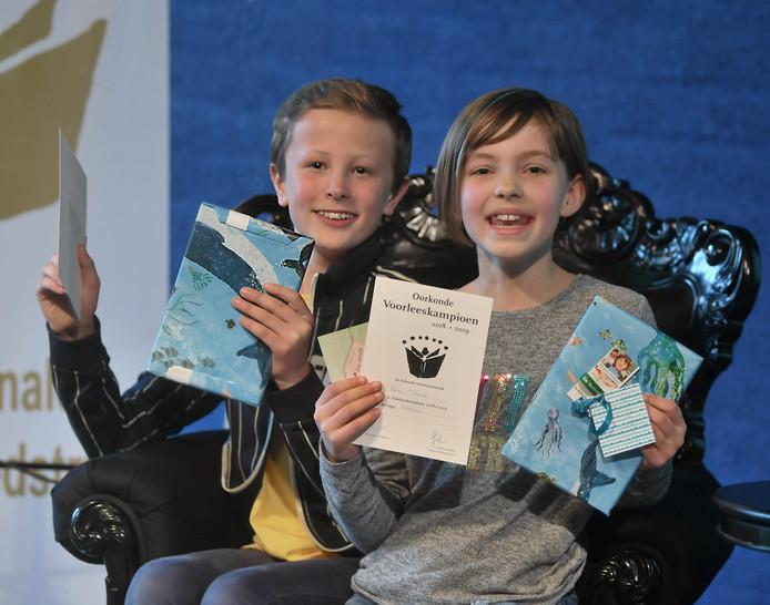 Stijn Kalverboer  en Emma Pattenier, de Walcherse winnaars van de Voorleeswedstrijd.