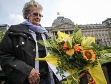 Les Belges rendent hommage au Roi devant le Palais royal