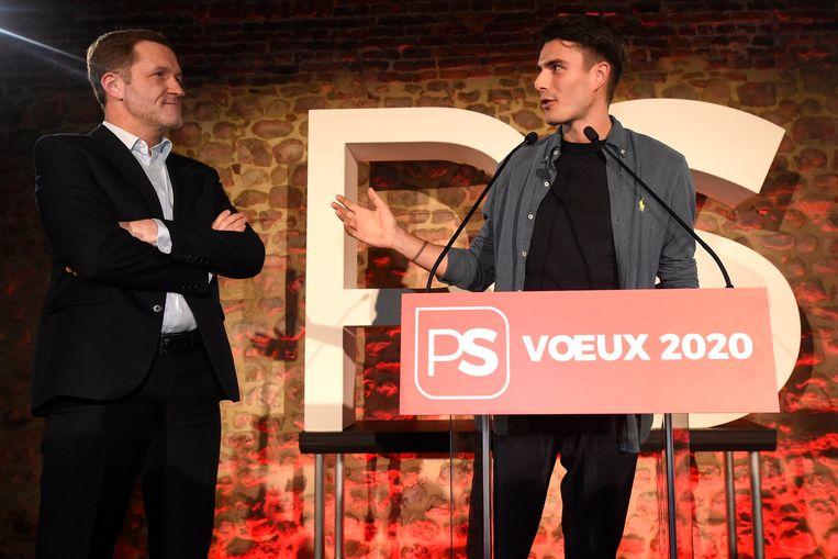 Paul Magnette kijkt goedkeurend toe bij het optreden van sp.a-leider Conner Rousseau bij de nieuwjaarsreceptie van de PS. Beeld Photo News