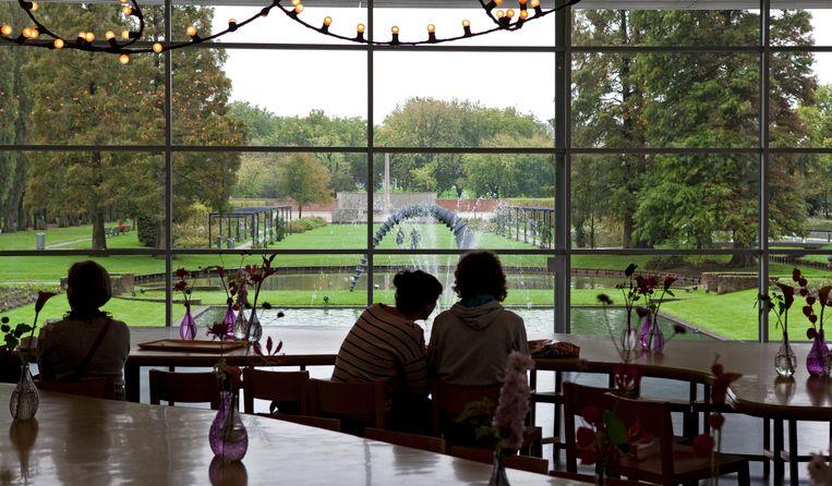 Bezoekers kijken uit op de tuin in Museum Boijmans van Beuningen. Beeld ANP