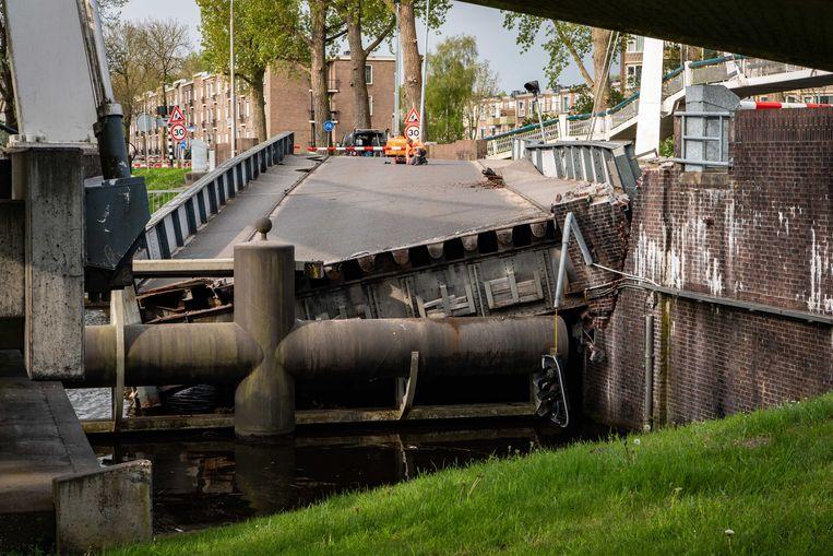 De zwaar beschadigde Gerrit Krolbrug na de aanvaring. Beeld ANP