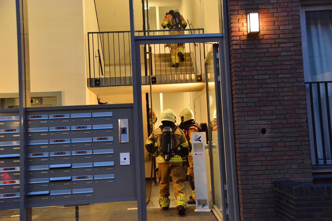 Brandweer betreed appartementencomplex in Breda voor woningbrand