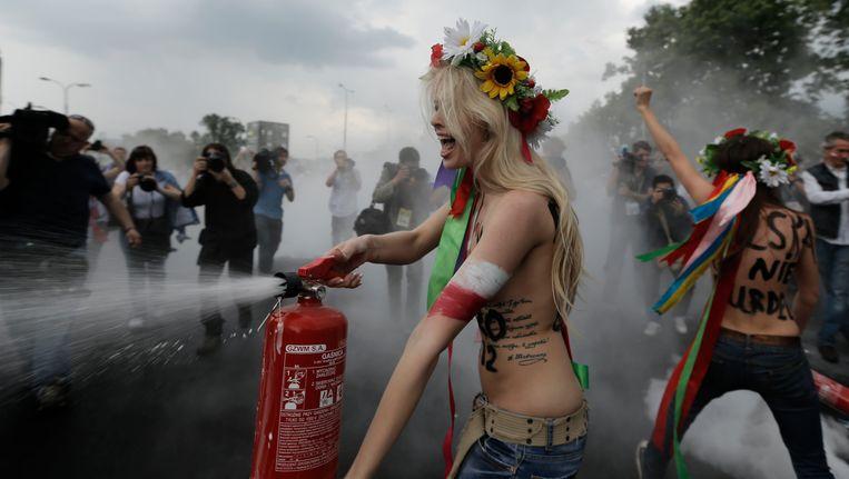 Actievoersters van Femen voor de aftrap van de openingswedstrijd van het EK, vorige week in Warschau. Beeld AP