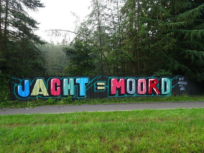 Activisten bekladden onlangs een schutting langs de Amersfoortseweg in Apeldoorn als protest tegen de jacht.