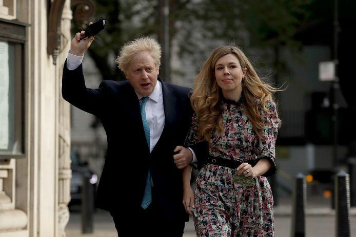 Boris Johnson en vriendin Carrie Symonds op weg naar het stembureau, afgelopen donderdag.