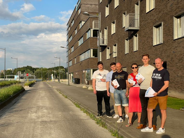 Enkele bewoners van de appartementsgebouwen in de Hélène Dutrieulaan tonen de boetes die ze de afgelopen weken verzamelden.  Beeld Cedric Matthys