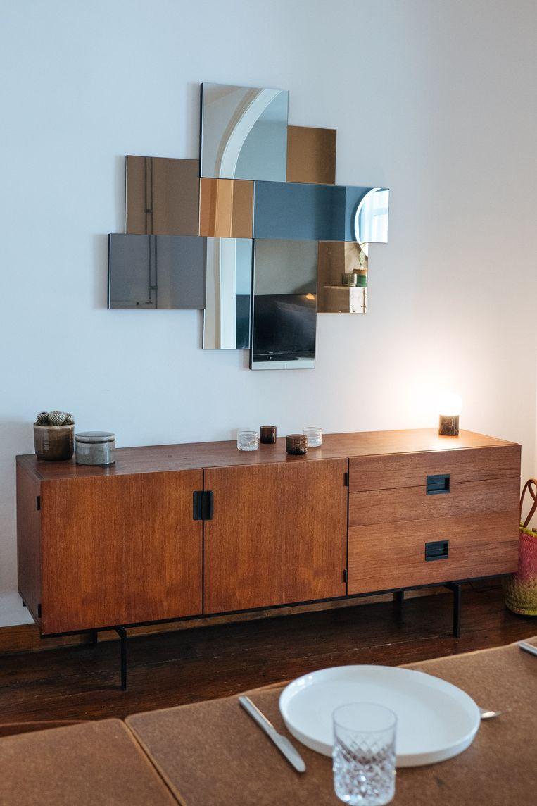 Ook de spiegel komt van Maisons du Monde, de kast is vintage Pastoe. Beeld Karlijne Geudens