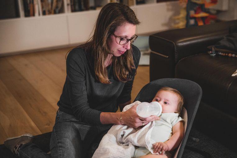 Mama Ellen De Meyer en haar dochtertje Pia. Beeld Jan Aelberts