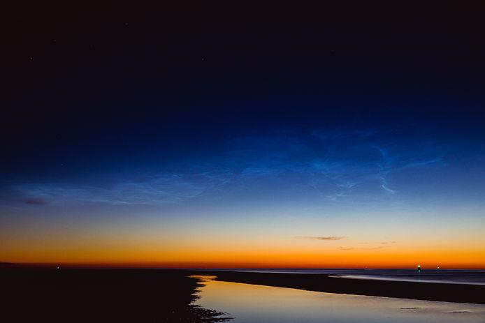 Lichtende nachtwolken op Vlieland. Gemaakt tussen tussen 00.10 en 00.22 uur. Door Gerard Koster Joenje.