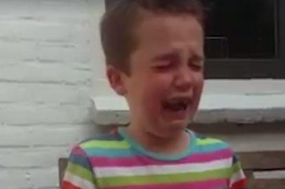 Jongetje van zes barst in tranen uit nadat zijn vader hem vertelt dat Belgische spits vertrekt