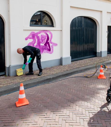 Met graffiti beklad rijksmonument Het Koetshuis in Tiel snel weer schoongemaakt