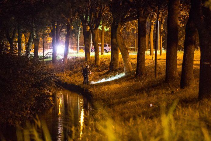 Een politieteam tijdens onderzoek bij de plaats delict in Kampen.