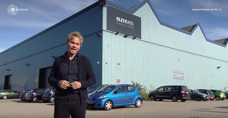 De verslaggever van het Nederlandse tv-programma 'Opsporing verzocht' voor het pand van EliteFit in Utrecht. Beeld AvroTros