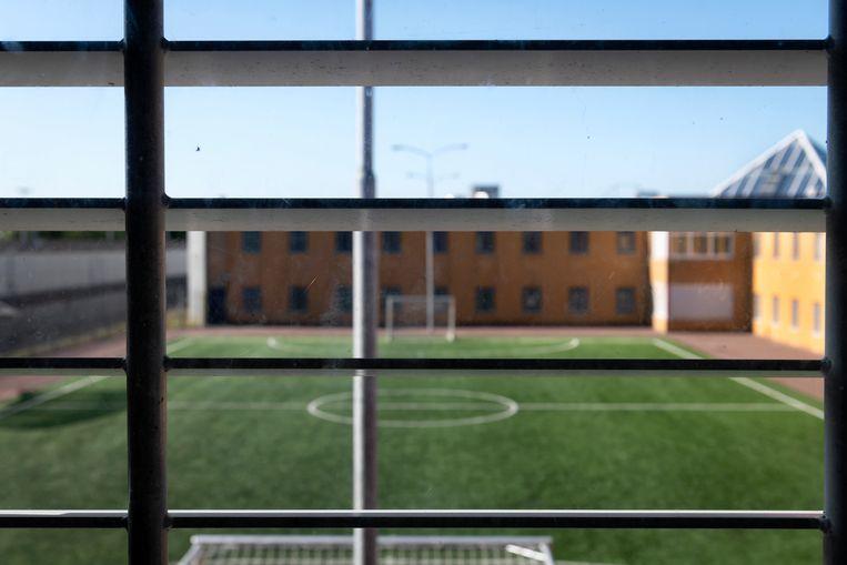 Raam in een cel van de penitentiaire Inrichting Heerhugowaard met uitzicht op de binnenplaats. Beeld Hollandse Hoogte / Tom van Limpt
