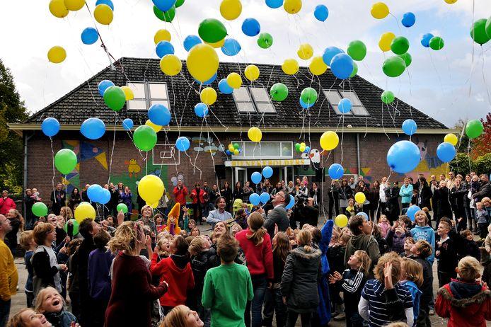 In 2010 vierden de kinderen van de openbare basisschool Bienekebolders nog de heropening van hun school na een grondige renovatie. Het oplaten van ballonnen is inmiddels niet meer toegestaan in de gemeente Oisterwijk.