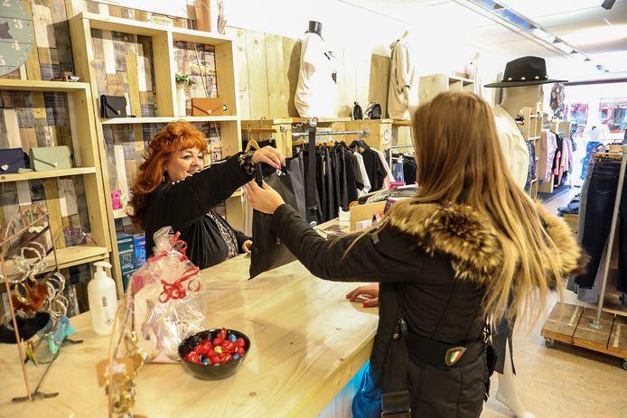 CK Trendy Fashion in Apeldoorn ging vandaag gewoon open, winkelend publiek hoefde geen afspraak te maken.