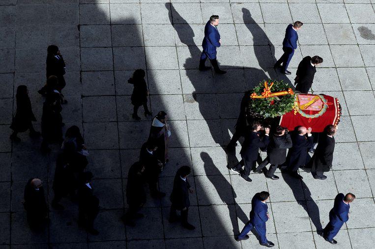 Familieleden van dictator Franco dragen zijn kist uit de Vallei der Gevallenen.  Beeld REUTERS