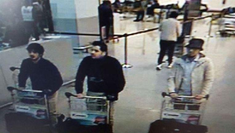 Beveiligingsbeelden van luchthaven Zaventem. Abrini (met hoedje) rechts. Beeld afp