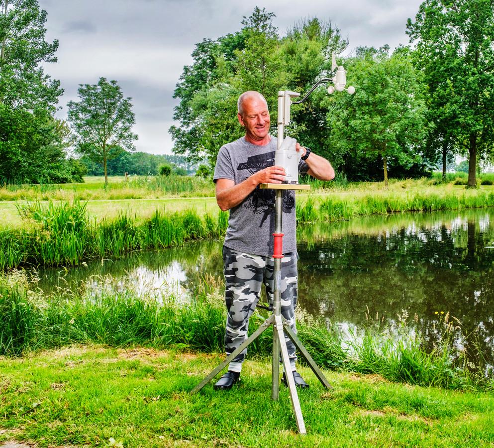 In Beeld: Weeramateur Ron Boekensteijn maakt zijn mobiele weerstation schoon in het Argonnepark in Ter Aar.