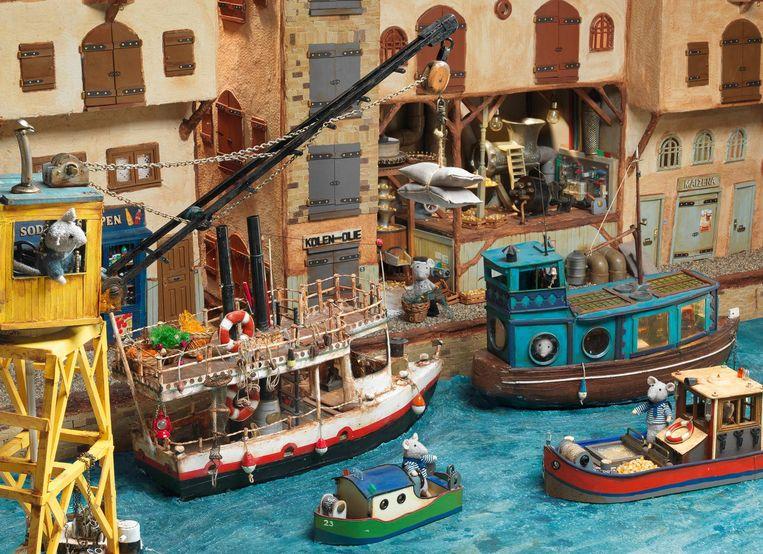 De boten en scheepswerf zijn gemaakt van papier en karton, de brug van een doos, hout en ijsstokjes. Beeld -