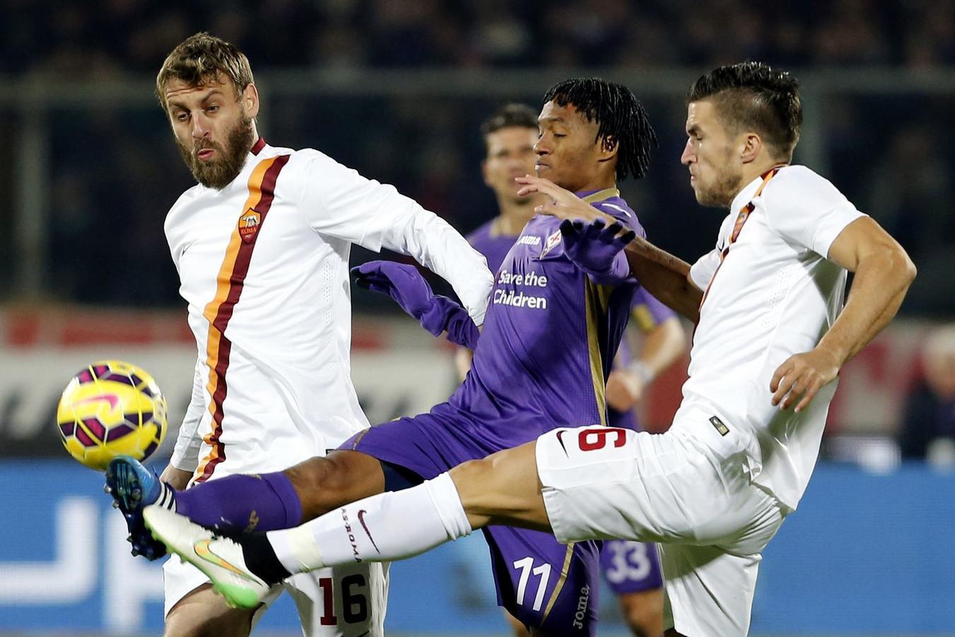 Kevin Strootman (r) in duel met Juan Guillermo Cuadrado van Fiorentina.