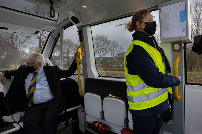 Steward Lea Schapendonk en Hermes rayonmanager Theo Duivesteijn in de zelfrijdende minibus die tussen de Automotive Campus en station Brandevoort in Helmond pendelt.