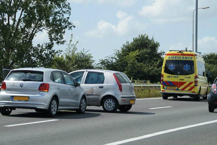 Eén van de betrokken voertuigen stond na de botsing dwars op de linkerrijstrook.