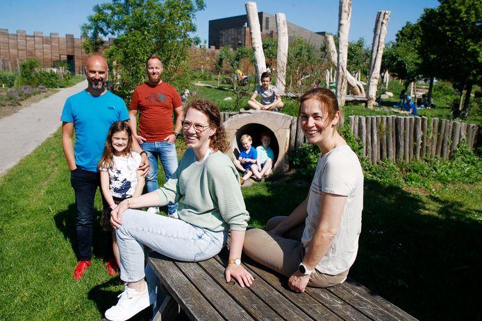 Renske (links) en Sonja (rechts) en hun gezinnen dromen van een plek waar ze hun co-housing project kunnen realiseren.