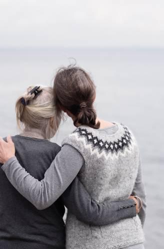 """Hoe mantelzorgen een emotionele kwelling kan zijn. Bianca: """"Toen mijn moeder stierf, was ik opgelucht. Ik kon niks meer verkeerd doen"""""""