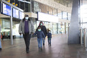 Reizigers met mondkapjes op station Rotterdam Centraal.