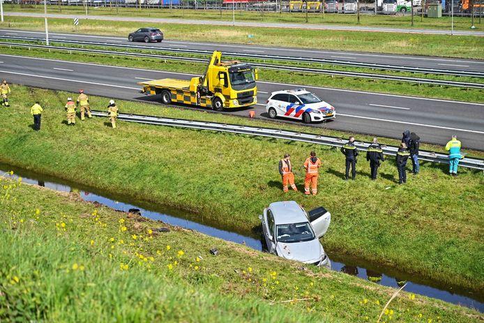 Auto in de sloot bij A16 afslag Hazeldonk