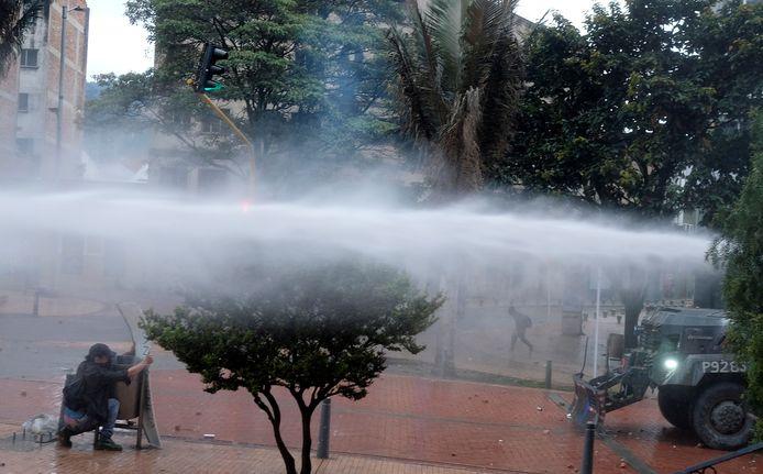 Agenten reageren hardhandig en zetten waterkanonnen in.