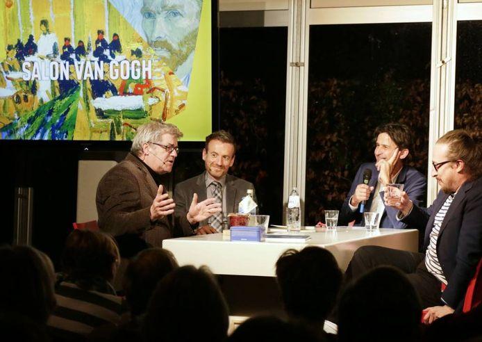 Presentator Cornald Maas (tweede van rechts) in gesprek met kunstenaar Loek Grootjans (links), Axel Ruger van Van Gogh Museum (tweede van links) en Lieven Segers.