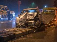 Auto knalt op Wilhelminabrug in Deventer