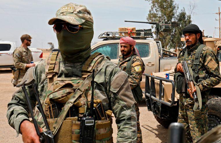 Leden van de Syrische Democratische Strijdkrachten (SDF) en het Amerikaanse leger in Deir-ez-Zor bij de voorbereiding van een aanval op Islamitische Staat op 1 mei 2018.