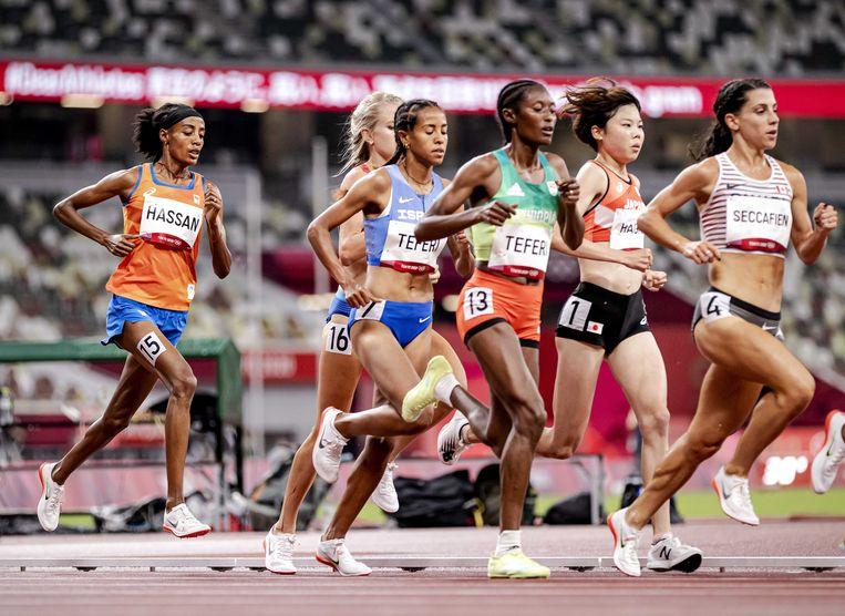Veel lopers van de 5.000 meter dragen de verende Nikes in Tokio, zo ook Sifan Hassan (links). Beeld ANP