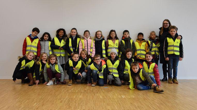 De leerlingen van klas 3A van de Gemeentelijke Basisschool Koksijde op bezoek in het nieuwe commissariaat van de Politie Westkust.