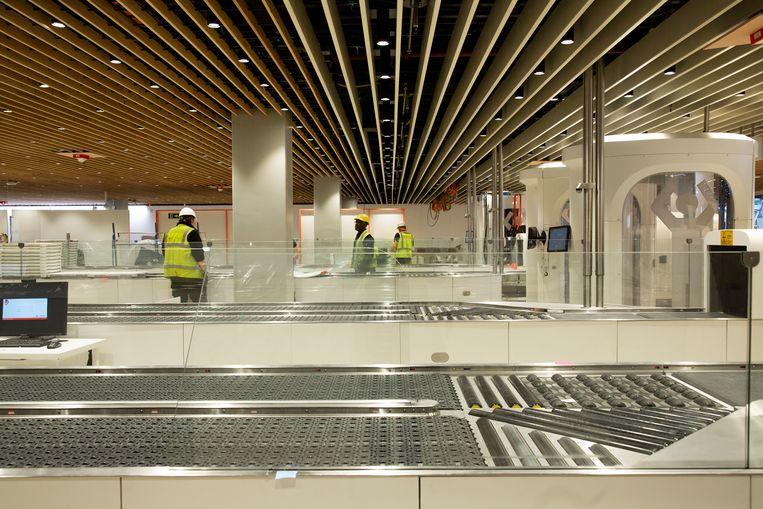 Vertrekhal 1 van Schiphol is grondig verbouwd; de veiligheidscontrole is nu op een volledige nieuwe tussenverdieping. Beeld Susanne Stange