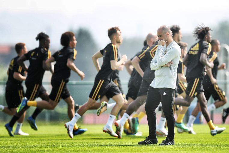 Roberto Martinez (in het wit) tijdens een training van het Belgische voetbalelftal. Beeld Belga