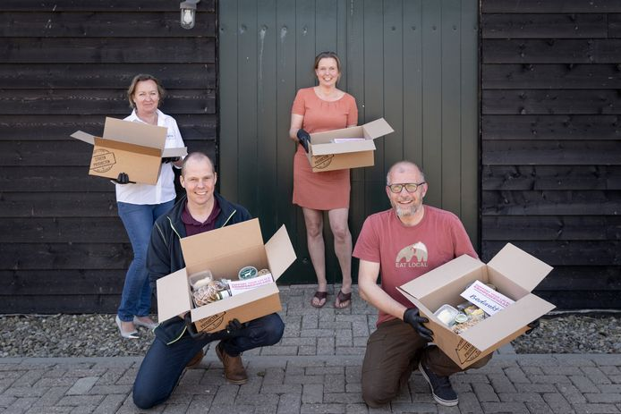 V.l.n.r.: initiatiefnemers Hannie van Hees (Stadsbrouwerij Argentum), Teus Hoogerwaard (Kaasboerderij Hoogerwaard), Franca Burger (Imkerij De Nesse) en Bram van Risp (Het Wildhuys).